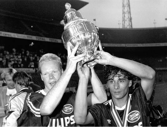Gerald Vanenburg (rechts) viert de winst van de KNVB-beker met Ronald Koeman.