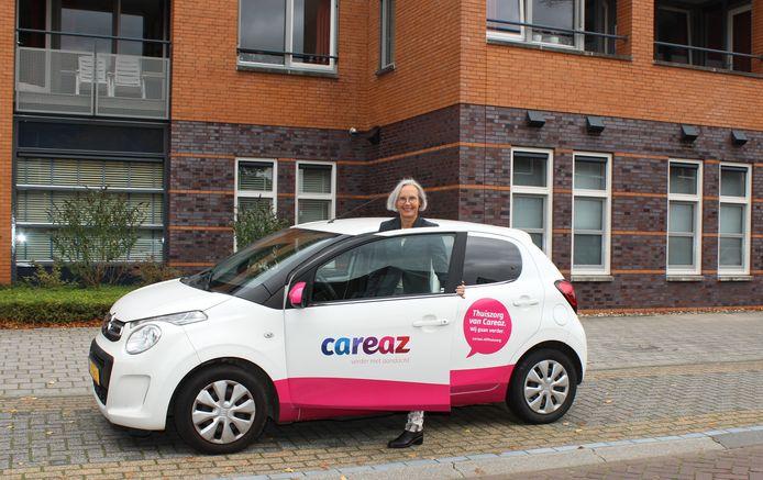 Careaz-directeur Liedy Vennegoor bij de eerste thuiszorgauto met het nieuwe logo.
