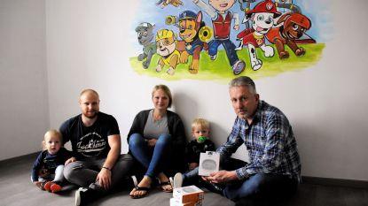 Video. Mark Moorhem plaatst zelf rook-en CO2-melders bij gezinnen na CO-vergiftiging van zijn vierjarig dochtertje Liselotte