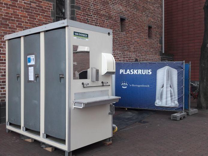 Plaskruis en afsluitbare toiletten met wastafel op de hoek Markt-Marktstraat.
