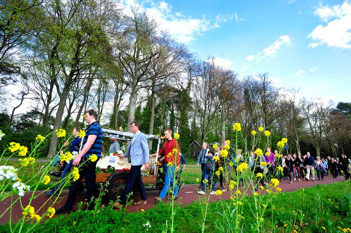 Steeds meer Nederlanders kiezen voor een natuurlijke begrafenis. Bio-cremeren zou ook moeten mogen, vinden veel mensen.