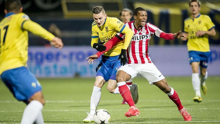 SC Cambuur-speler Sinan Bytyqi (L) in actie met PSV-speler Georginio Wijnaldum. Beeld ANP
