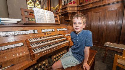 """VIDEO. Wouter (9) is verzot op orgel spelen: """"De vakantie mag snel voorbij zijn. Niet om terug naar school te gaan, maar om bij te leren in de orgelklas"""""""