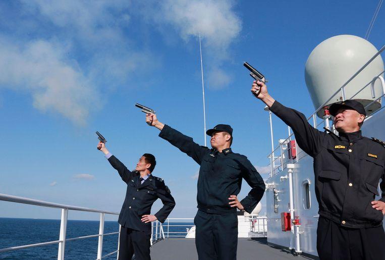 Hoge Chinese militairen geven het startschot voor  manoeuvres in de Oost-Chinese Zee. Foto uit 2012.