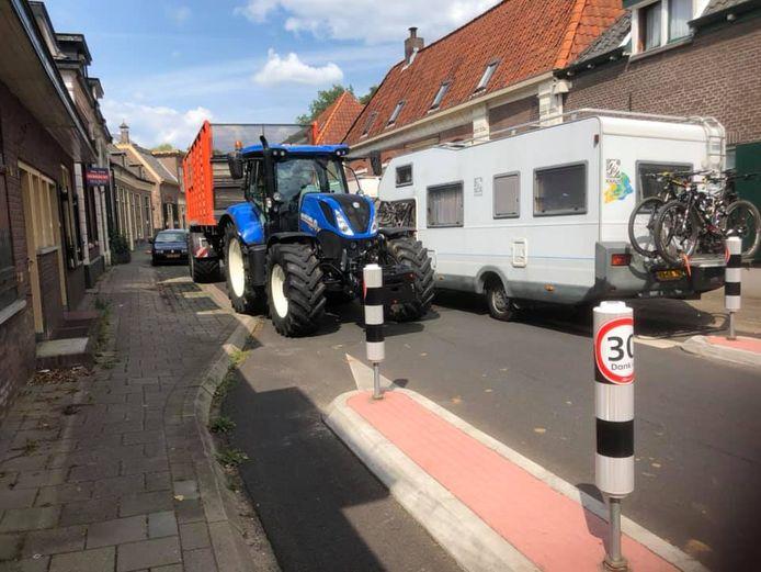 Situatie in Laag-Keppel afgelopen weekend: campers en trekkers kunnen elkaar amper passeren in de smalle Dorpsstraat.