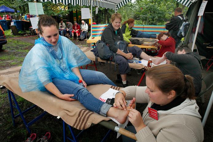 Tijdens de 4Daagse Apeldoorn zijn er vier medische posten onderweg. Ook wanneer er goed is getraind en de juiste schoenen worden gedragen kunnen er blaren ontstaan, zeker wanneer er in de regen gewandeld moet worden.