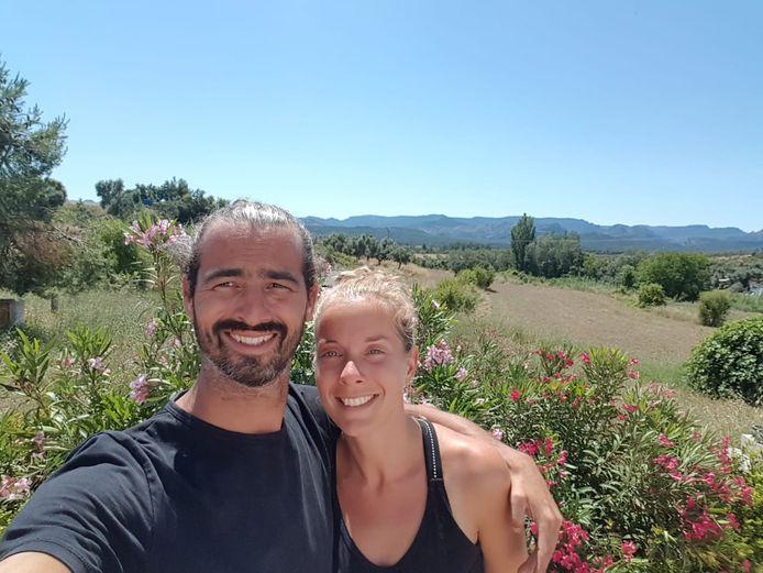 Boudewijn en Eva Vink zijn eindelijk in Spanje. Daar vierden zij meteen na aankomst dat ze een jaar waren getrouwd.
