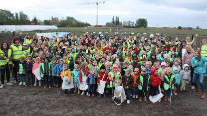 Kinderen ruimen afval op en krijgen buiten les
