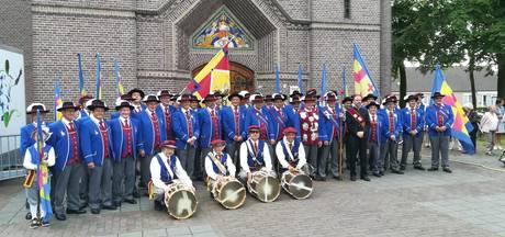 Nieuwe uniformen gilde St. Joris trekken aandacht in Hoogeloon