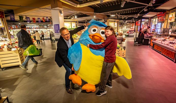 De Dordtse Nathalie Degenhardt mocht Meneer de Uil donderdag meenemen, uit handen van Plus-eigenaar Pel 't Lam.