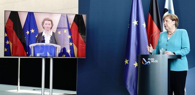 Bondskanselier Merkel (rechts) en voorzitter Von der Leyen van de Europese Commissie in een gezamenlijke persconferentie.  Beeld AFP