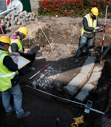Trap van Oude Haven gevonden bij graven voor  afvalcontainers in Nijmegen