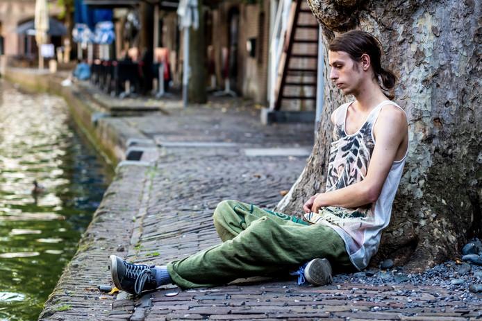 Dennis (22) is dakloos en woont om en om bij vrienden.
