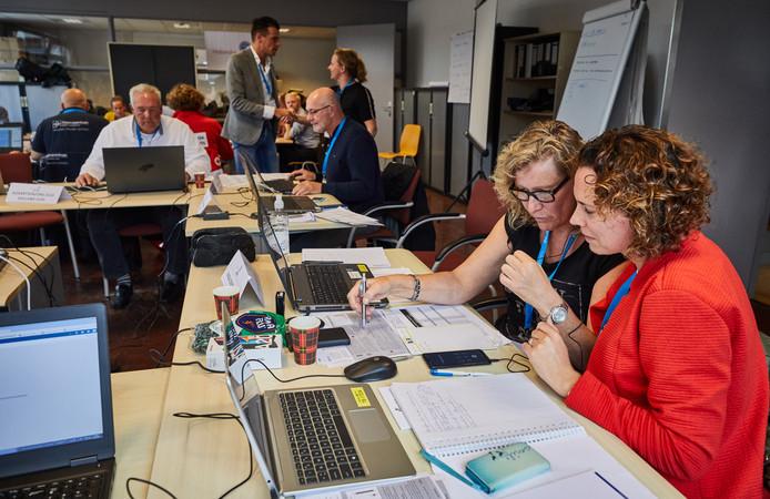 De drukte in het oefencentrum tekent de vele organisaties die betrokken zijn als de griep daadwerkelijk optreedt. Op de voorgrond twee medewerkers van het Rotterdamse Ikazia Ziekenhuis.