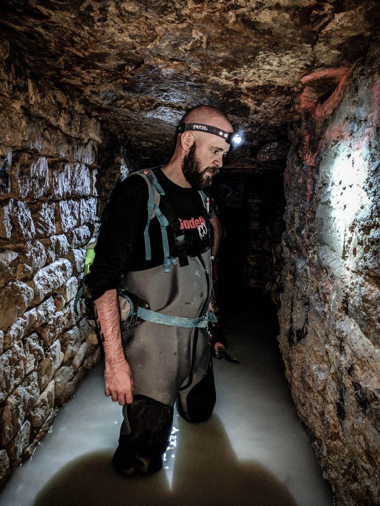 Mister C daalde af in de catacomben van Parijs, gewapend met een zaklamp.