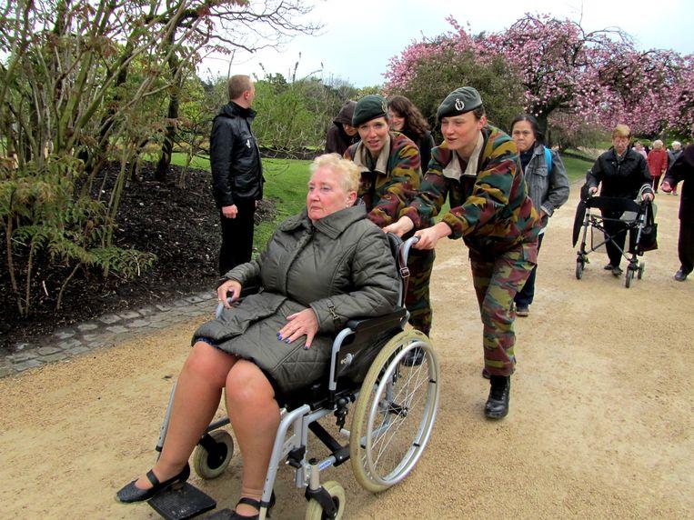 Bij de daguitstappen en activiteiten is er vooral een gebrek aan mensen om leden in een rolstoel voor te duwen.