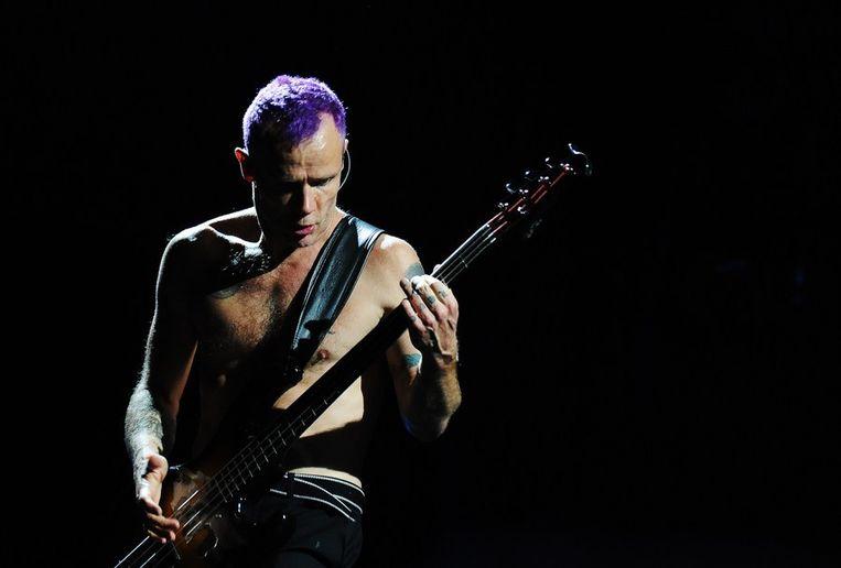 Bassist Flea tijdens de show in Hamburg. Beeld afp
