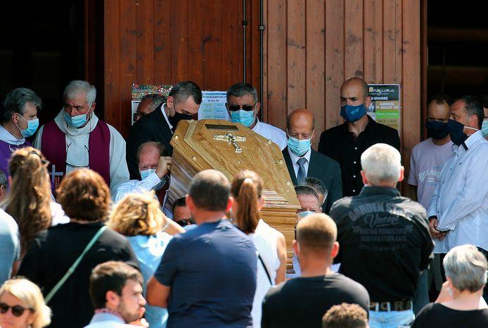 De kist met daarin Philippe Monguillot wordt de kerk van Sainte Croix in Bayonne uit gedragen.