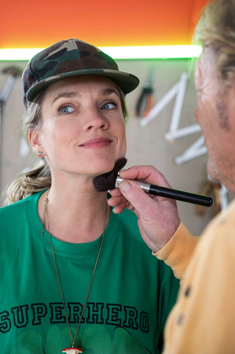 Meestergrimeur Arjen van der Grijn maakt actrice Anniek Pheifer op voor een aflevering van het televisieprogramma 'Het Klokhuis'. Beeld Werry Crone