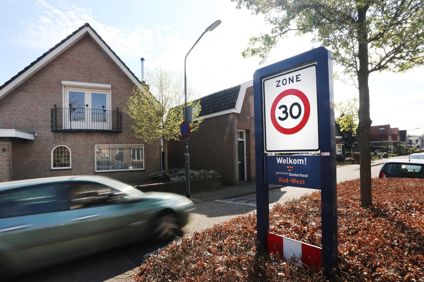 Oosterhout – Een auto rijdt veel te hard de 30-kilometerzone in.