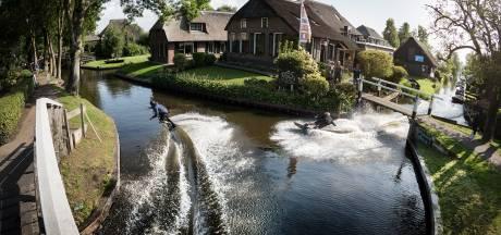 Spectaculair: wakeboarders stunten op grachten Giethoorn