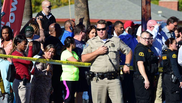 Omstanders worden weggehaald bij de gezondheidsinstelling in San Bernardino Beeld anp