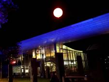Wat is er aan de hand in Eindhoven? Weer een blauwe gloed en lichtgevende ballonnen boven de stad
