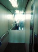 Een van de bewoners van seniorencomplex De Muttersborgh in Den Haag maakt het leven van al zijn buren tot een hel. De man poept en plast stelselmatig in de liften.