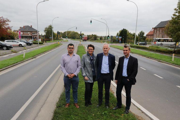Dominiek Segers, Wim Morlion en Filip Leroy van het actiecomité 'Geen Nieuwe Frontlijn door Boezinge en Zuidschote' vrezen dat drukker verkeer de figuurlijke afstand tussen de beide woonkernen van het dorp zal vergroten.