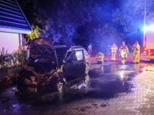 Weer is het raak: auto brandt uit op oprit in Epe