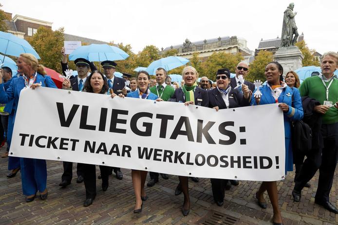 Medewerkers van KLM, Transavia en Martinair demonstreerden op 10 augustus  in Den Haag tegen de vliegtaks. De luchtvaartmaatschappijen zijn fel tegen.