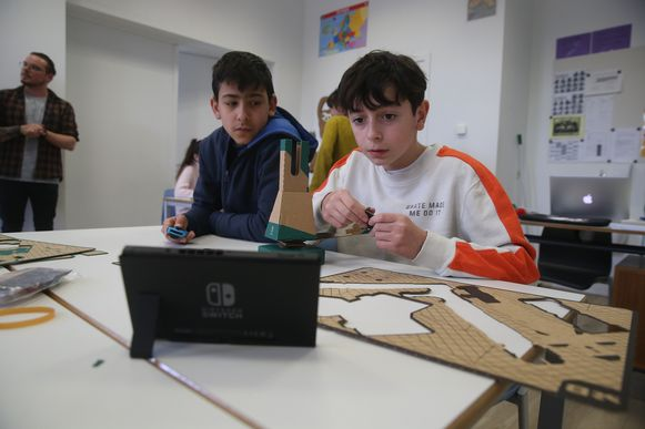 Leerlingen uit het zesde leerjaar van de Sint-Salvatorschool bouwen met Nintendo.