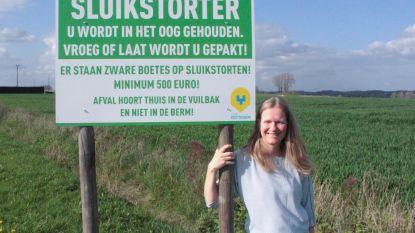 Schepen van Leefmilieu Leen Goossens moedigt deelnemers wandeltocht aan om zwerfvuil op te ruimen.