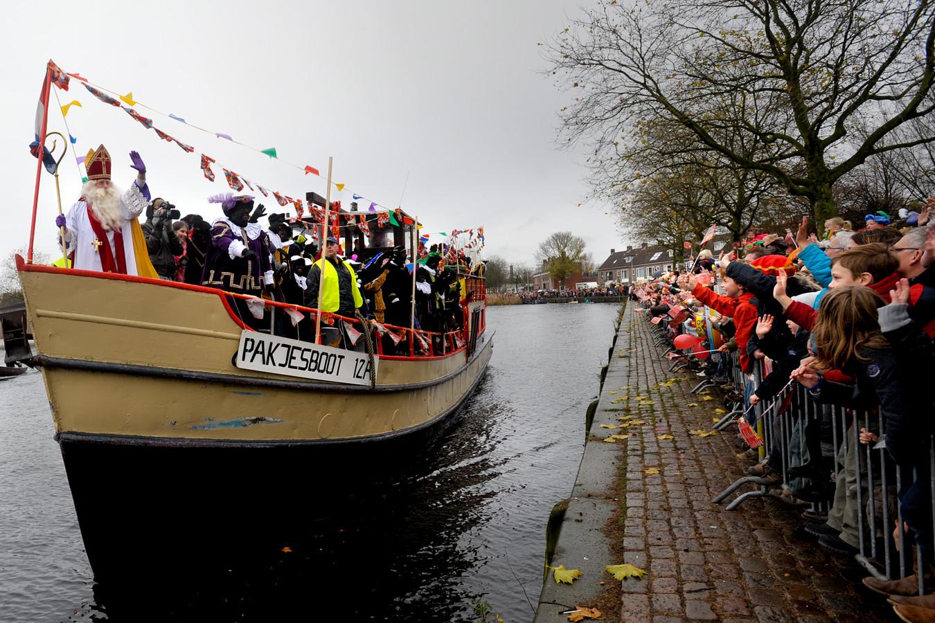 Sinterklaas en zijn pieten zwaaien vanaf de pakjesboot naar alle kinderen