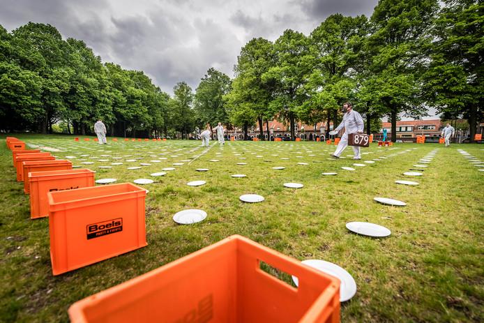 Wilhelminaveld is toneel van ProefWei, spelen met borden door mensen in witte pakken in  Bergen op Zoom - Foto: Tonny Presser/Pix4Profs -