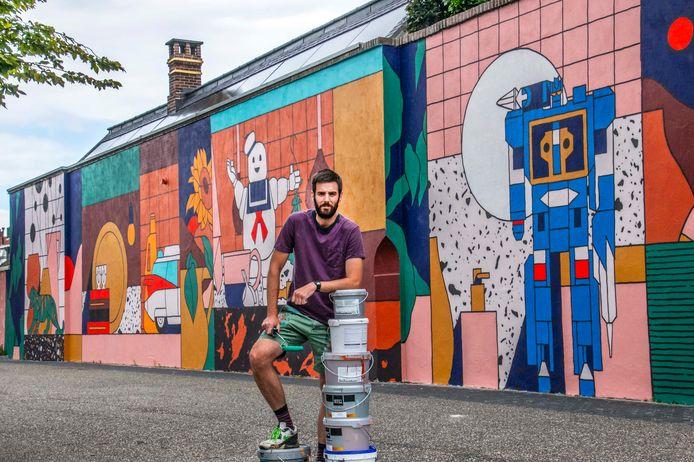 Hoppa, de stad is wederom een muurschildering rijker. En ook dit keer een flinke jongen. Op de foto: Robin Nas, die begon vorige week dinsdag met zijn kunstwerk naast de AH XL.