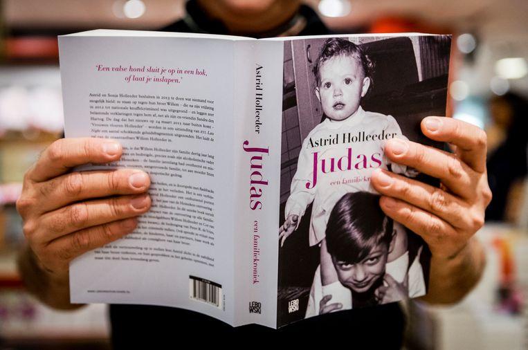 Het boek Judas van Astrid Holleeder. De zus van crimineel Willem Holleeder, Astrid Holleeder, heeft een boek geschreven waarin ze ingaat op door haar broer gepleegde misdrijven. Beeld ANP