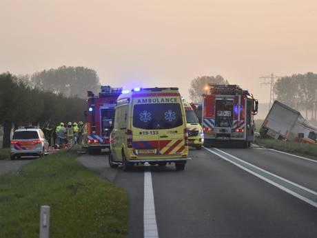 Personenauto botst tegen vrachtauto op Langeweg bij Axel: weg blijft afgesloten tot namiddag