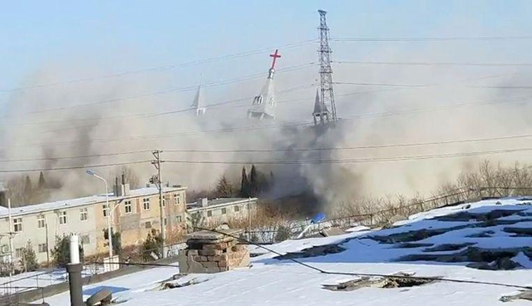 De Gouden Kandelaarkerk in Linfen wordt neergehaald. Beeld AP