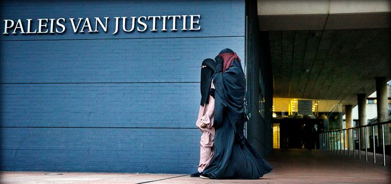 Belangstellenden arriveren bij het Haagse Paleis van Justitie. Beeld ANP