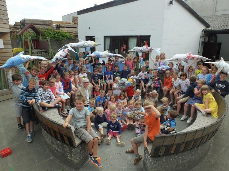 De leerlingen van Wontergem met hun plastic kunstwerken.