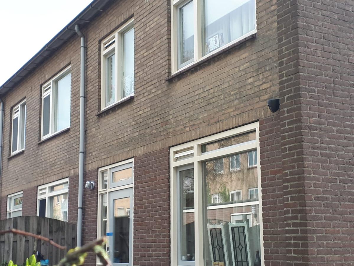 De woning van het slachtoffer. Er hangen camera's.