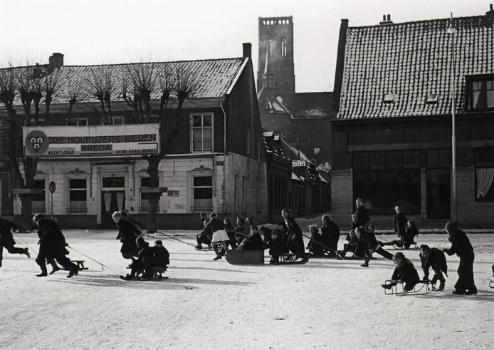 Sleetje rijden op de Heuvel, 1950.