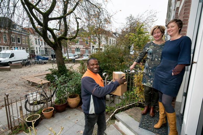 Postbode Max met Hilde van Poeijer en Suus Brands, bewoners van de Arnhemse wijk Sint Marten.