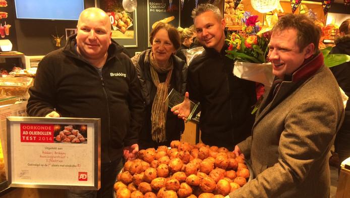 Bakkerij Brokking met de felbegeerde oorkonde. In het midden: waarnemend burgemeester Marianne Kallen.