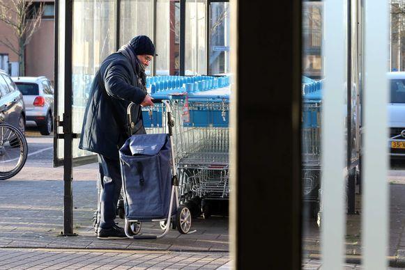 Een oudere dame neemt een winkelkar aan een filiaal van Albert Heijn in Rotterdam.