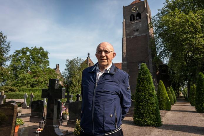 Piet Swaans bij de Bernadettekerk in Spoordonk. Zaterdag wordt daar de laatste mis gehouden.