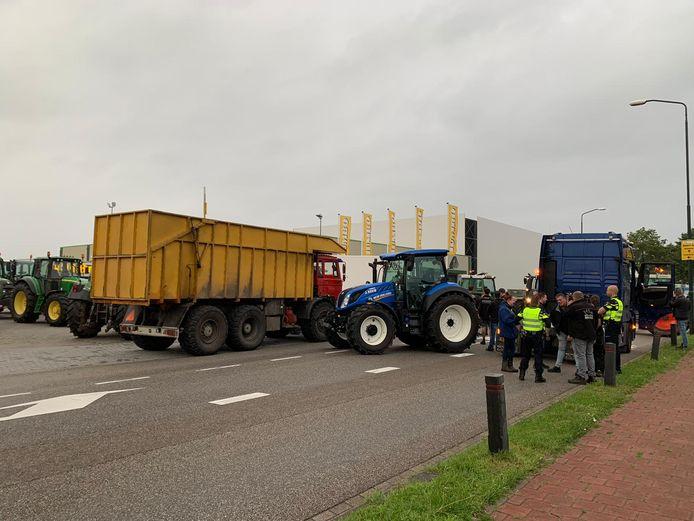 Actievoerende boeren bij het hoofdkantoor van Jumbo in Veghel.