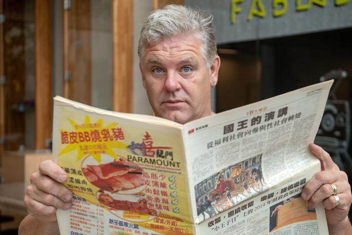 Taalambassadeur Gerard Reins laat in de voorlichting over taallessen voor laaggeletterden altijd een krant zien met Chinese tekst. ,,Het is een goed voorbeeld van hoe ik eerst de krant las: de tekst was onleesbaar en ik richtte me alleen op de plaatjes.''