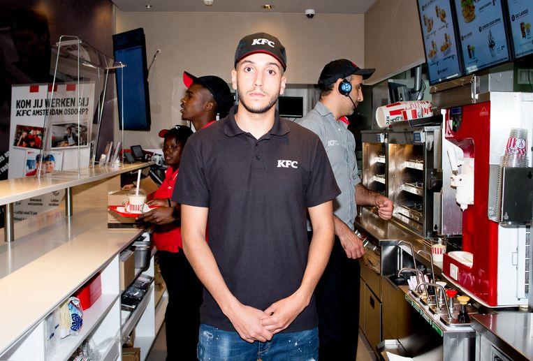 Mohammed Darabyou aan het werk bij KFC in Osdorp, een van de twee filialen die hij leidt.  Beeld Marjolein van Damme